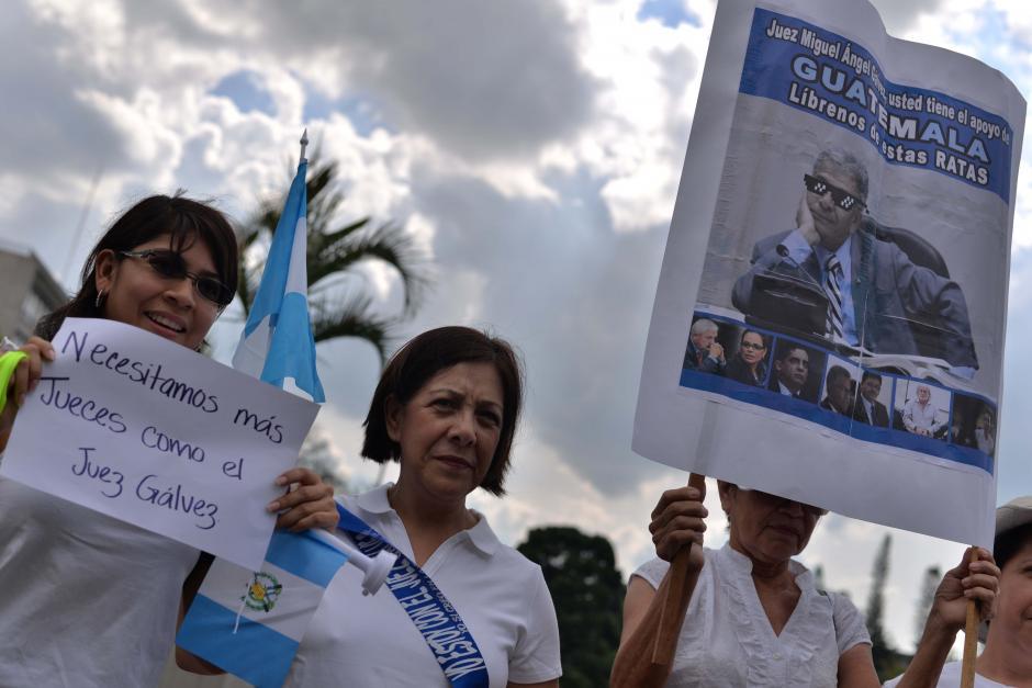 Muchos llevaron afiches en manera de apoyo al juez. (Foto: Wilder López/Soy502)