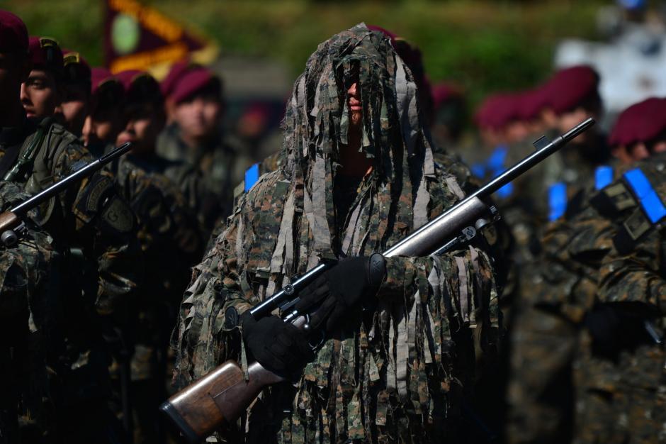 Un miembro de las fuerzas especiales participa luciendo su traje de camuflaje y su fusil de francotirador. (Foto: Wilder López/Soy502)