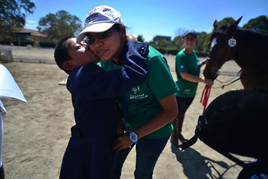 Luis Tiul de Guatemala besa a su maestra. (Foto: Wilder López/Soy502)