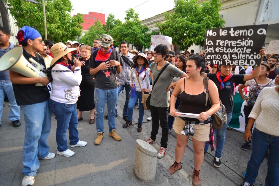 Un grupo alejado de la marcha pacífica tomó la calle frente a Casa Presidencial para gritan consignas. (Foto: Wilder López/Soy502)