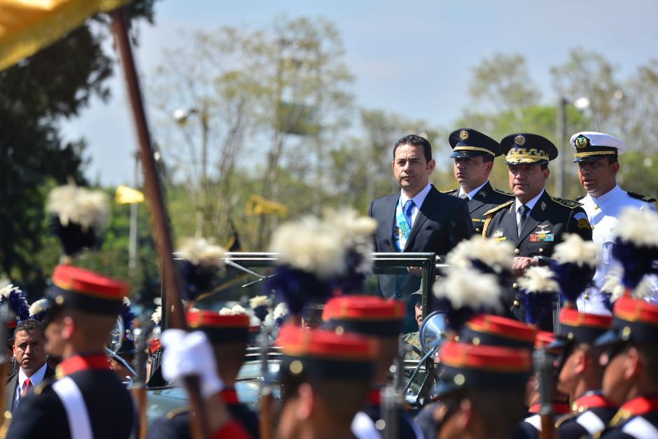 El presidente Jimmy Morales acompañado del ministro de la Defensa, Williams Mansilla le pasaron revista a las tropas. (Foto: Wilder López/Soy502)