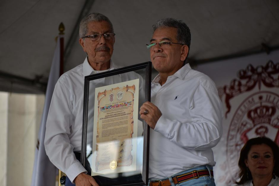 Marco Antonio Sagastume, presidente del Colegio de Abogados y Notarios hizo entrega de un reconocimiento al juez Miguel Ángel Gálvez. (Foto: Wilder López/Soy502)