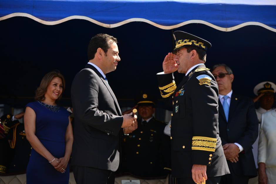 Williams Mansilla, ministro de la Defensa saluda al presidente de Guatemala, Jimmy Morales luego de entregarle el Bastón de Mando que lo acredita como el Comandante General del Ejército de Guatemala. (Foto: Wilder López/Soy502)