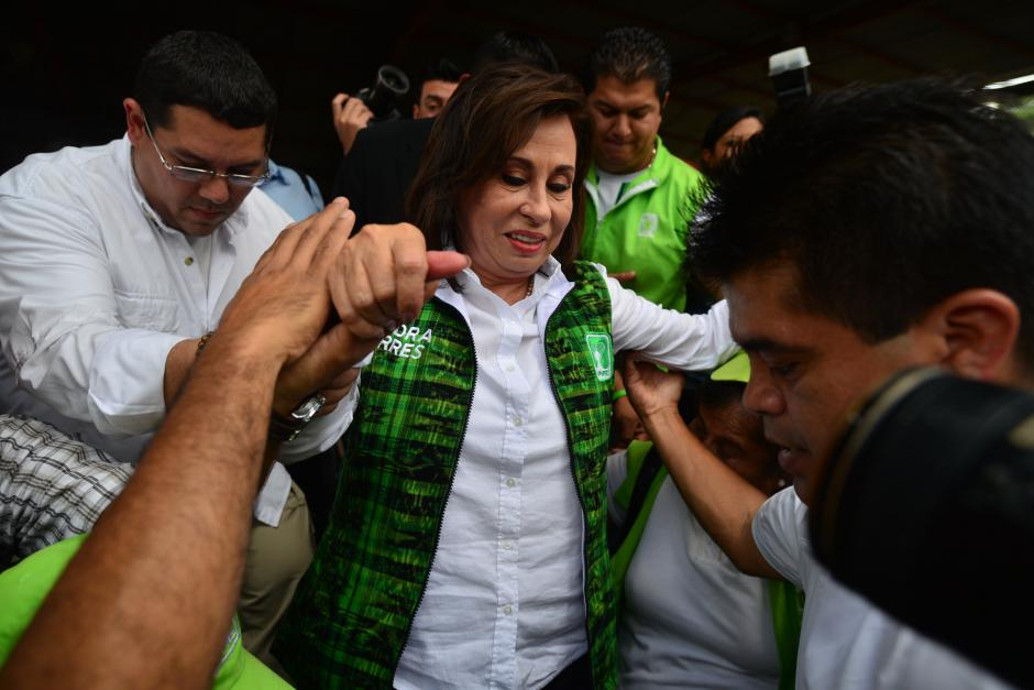 Sandra Torres es auxiliada por su equipo de seguridad a la salida del cierre de campaña. (Foto: Wilder López/Soy502)