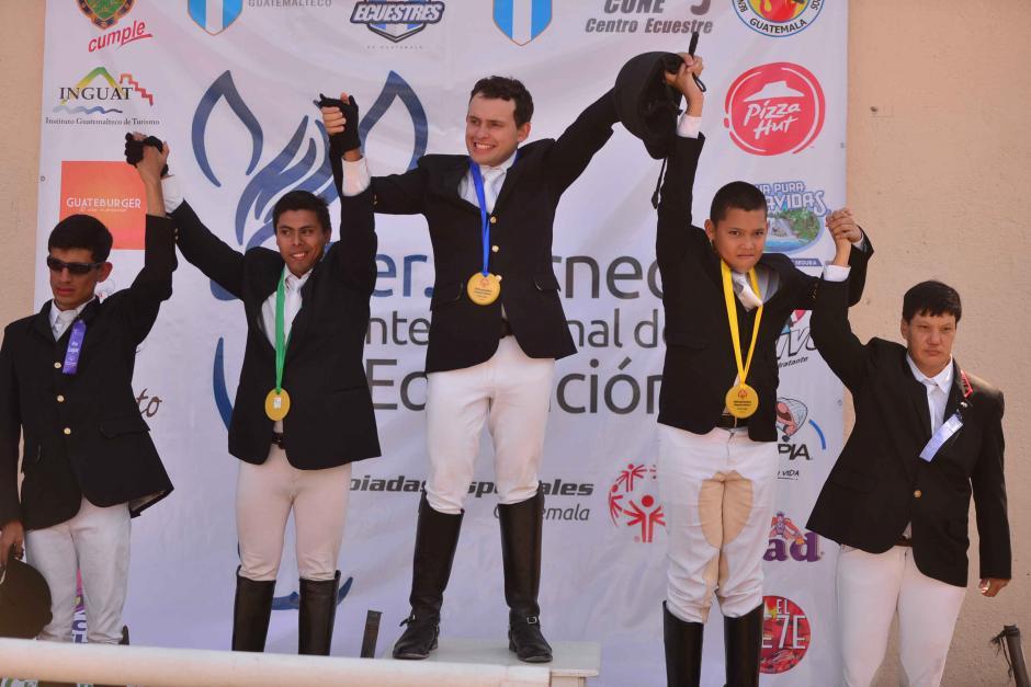 Ricardo Soussa del equipo de Guatemala celebra el primer lugar de la Categoria A, junto a los demás atletas. (Foto: Wilder López/Soy502)
