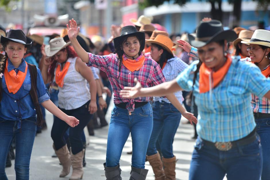 Bailarinas realizan una coreografía para entretener al publico presente. (Foto: Wilder López/Soy502)