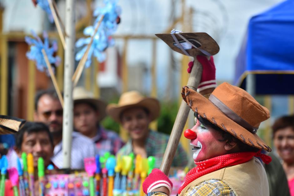 Este payaso utiliza una pala como selfiestick, llamando la atención de los asistentes. (Foto: Wilder López/Soy502)
