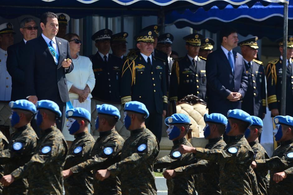 El presidente Jimmy Morales observa el Desfile de Honor luego de recibir el Bastón de Mando del Ejército de Guatemala. (Foto: Wilder López/Soy502)
