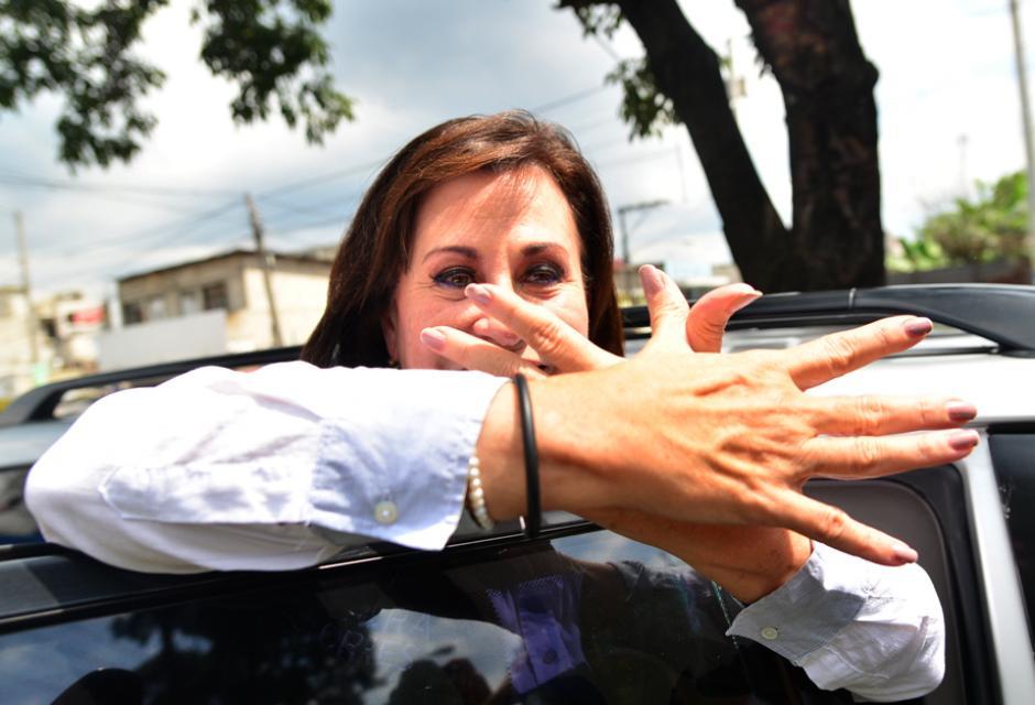 Sandra Torres previo a retirarse del lugar se despidió realizando su distintiva señal. (Foto: Wilder López/Soy502)