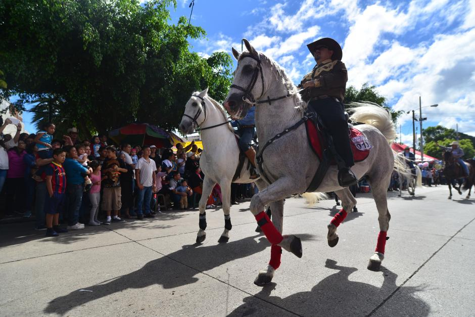 El desfile hípico tuvo lugar en el Paseo de los Campeones, zona 4 de Mixco. (Foto: Wilder López/Soy502)