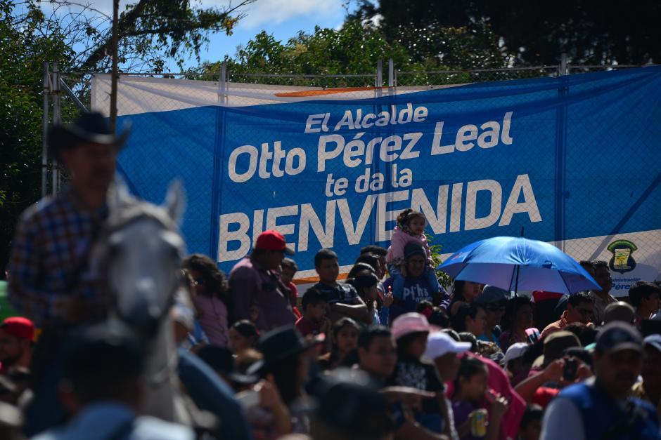Una manta de la municipalidad de Mixco cuelga a un costado de la calle donde se realizó el desfile. (Foto: Wilder López/Soy502)