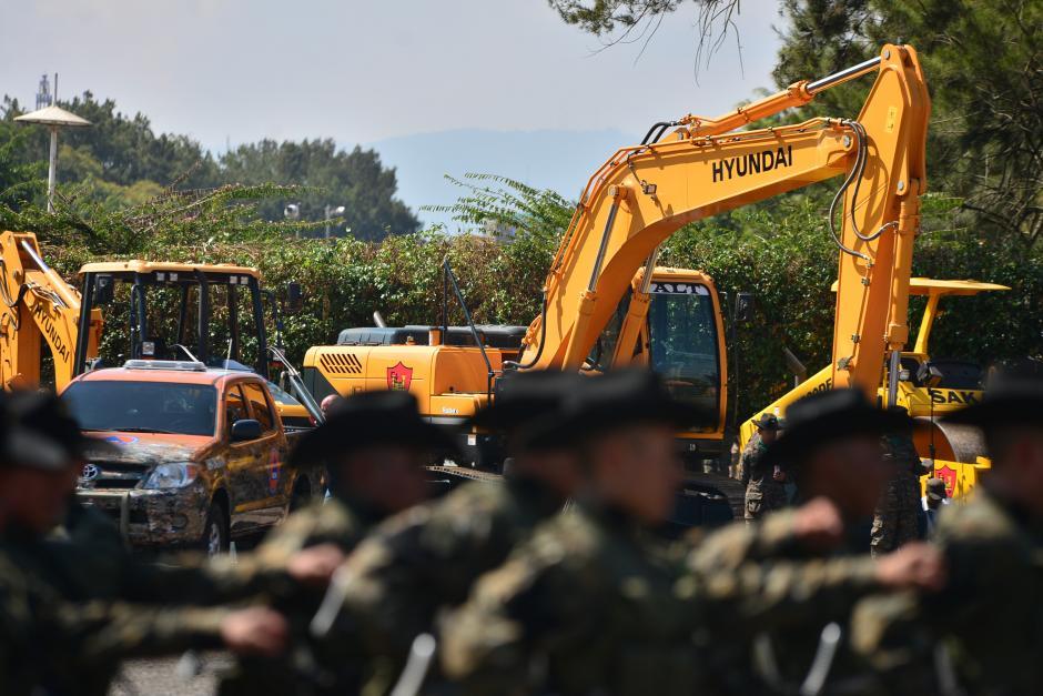 El cuerpo de ingenieros del Ejército, que se distinguen por usar el sombrero negro, trabajarán en la construcción de carreteras en el área rural. (Foto: Wilder López/Soy502)