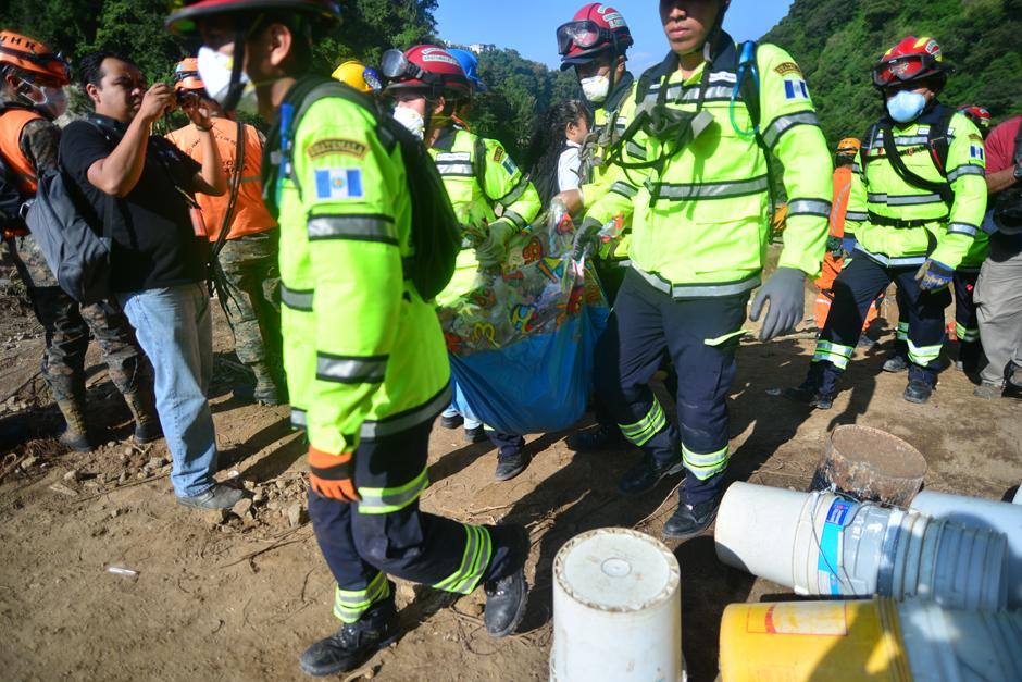 Este domingo, quienes entraran al área del desastre tuvieron que utilizar mascarilla debido a que los cuerpos en descomposición empiezan a emitir un olor fétido. (Foto: Alejandro Balan/Soy502)