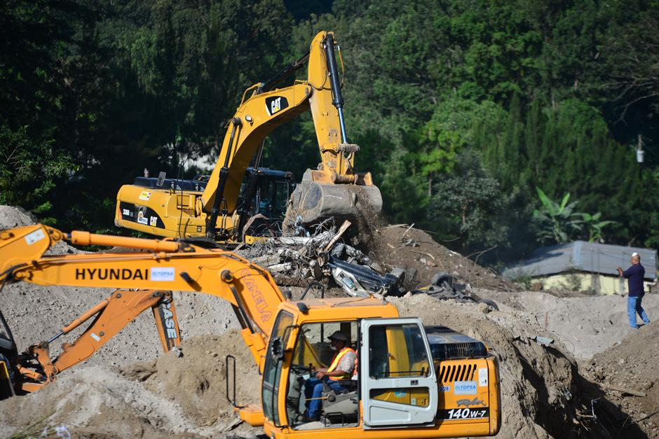 El trabajo de la maquinaria será clave este domingo para dar con más víctimas del desastre en El Cambray. (Foto: Alejandro Balan/Soy502)