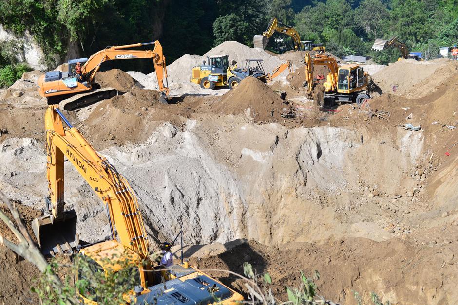 Los operarios de la maquinaria están acompañados de un bomboero que les alerta si la pala mecánica encuentra algún cuerpo entre los escombros y la tierra. (Foto: Alejandro Balan/Soy502)