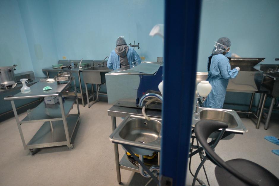 Estos son dos de los ambientes donde se realiza la pasteurización de la leche materna que es donada. (Foto: Wilder López/Soy502)