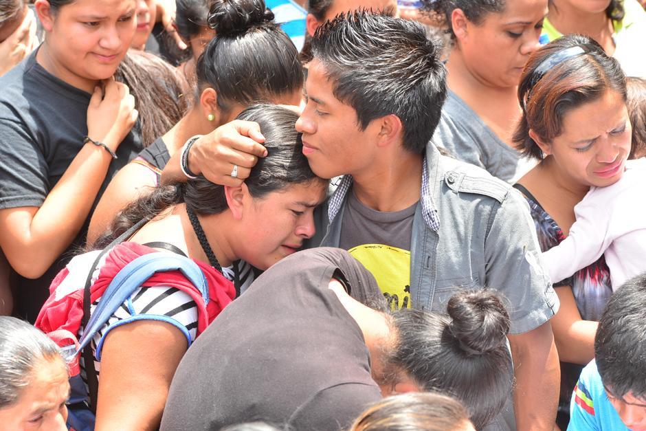 Familiares y amigos despidieron a las víctimas en el cementerio municipal de Santa Catarina Pinula.(Foto: Alejandro Balan/Soy502)