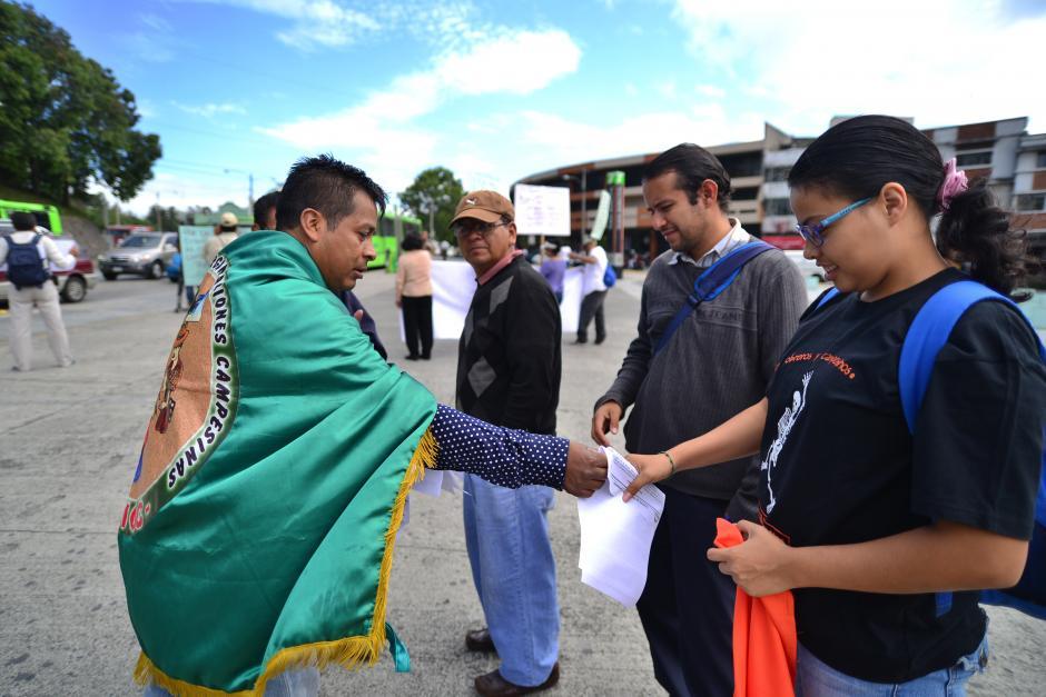 Miembros de CODECA entregaron comunicados para dar a conocer el motivo de la marcha. (Foto: Wilder López/Soy502)