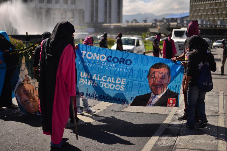 Estudiantes utilizaron su ingenio para llevar pancartas a la Marcha Pacífica. (Foto: Wilder López/Soy502)