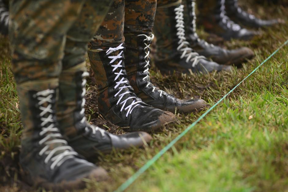 Para que cadetes y soldados pudieran mantener una línea perfecta durante la formación, utilizaron cintas verdes sobre la grama. (Foto: Wilder López/Soy502)