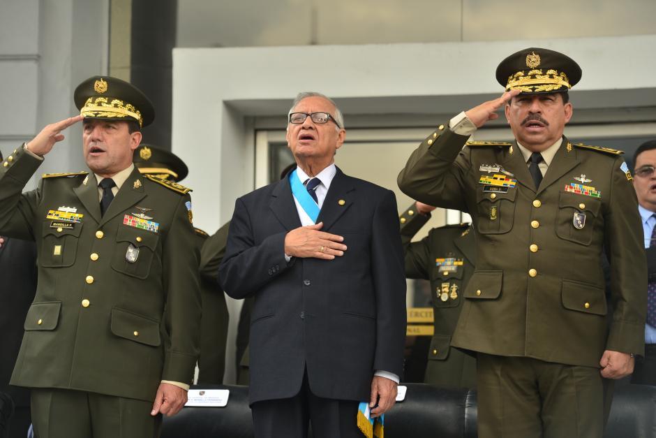 Alejandro Maldonad, luciendo la banda presidencial, es acompañado por Williams Mansilla, ministro de Defensa (izquierda), y Alfredo Sosa, Jefe del Estado Mayor de la Defensa Nacional (derecha). (Foto: Wilder López/Soy502)