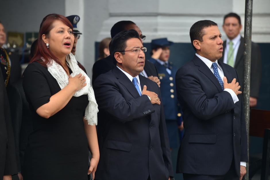 Varios ministros estuvieron presentes durante el acto: Eunice Mendizábal (I), ministra de Gobernación, Eligio Sic, ministro de Educación, y Carlos Morales (D), ministro de Relaciones Exteriores. (Foto: Wilder López/Soy502)