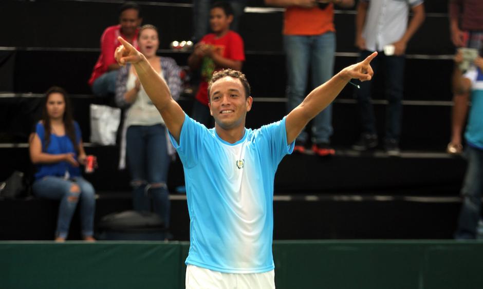 El tenista guatemalteco, Wilfredo González, festeja tras superar al uruguayo Martín Cuevas. (Foto: COG)