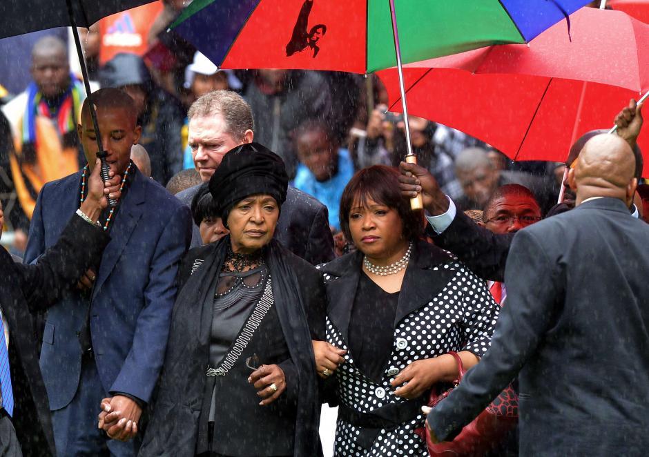 Zozuko Dlamini Mandela, nieto de Nelson Mandela y su segunda esposa Winnie Madikizela Mandela y su hiuja Zindzi Mandela llegan al estadio Soccer City en Johannesburgo para asistir al funeral del ex presidente sudafrincano. (Foto: AFP)