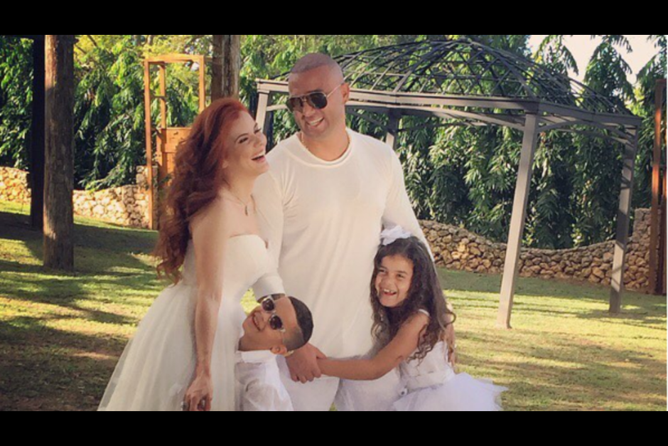 Wisin posa junto a su esposa y sus primeros dos hijos. (Foto: univision.com)