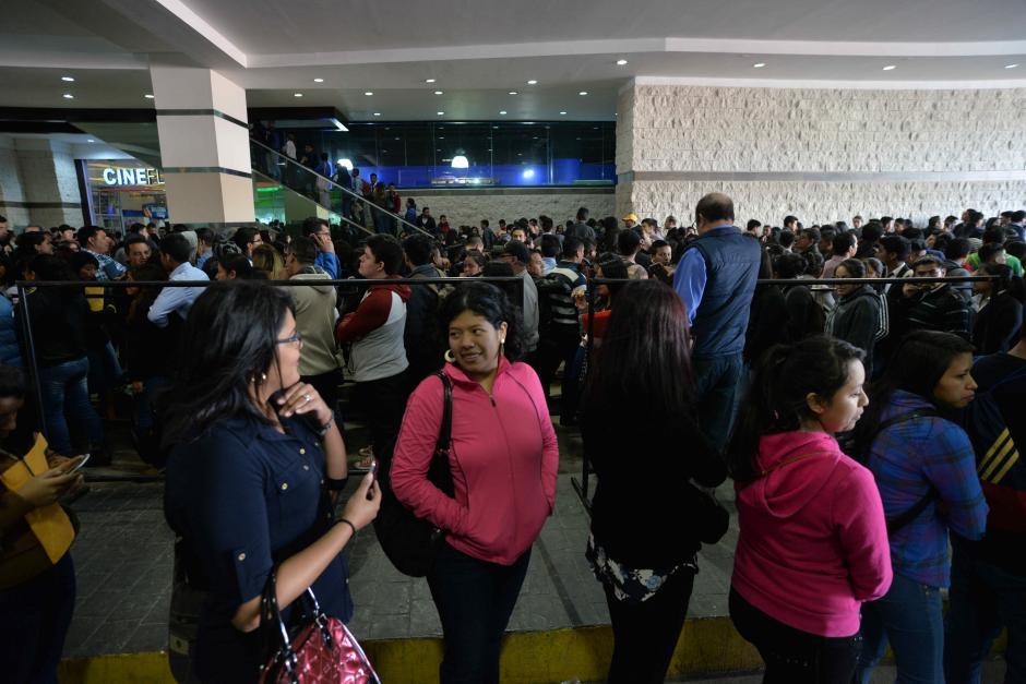 Los interesados tuvieron que esperar largas filas. (Foto: Wilder López/Soy502)