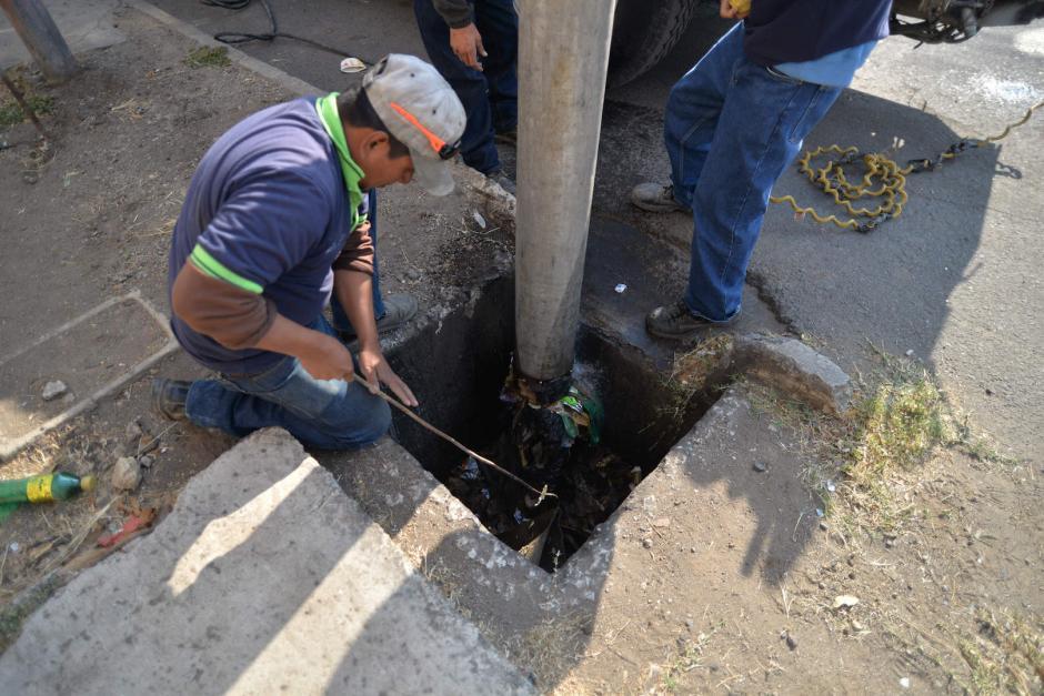 Los trabajadores ingresan a los alcantarillados para sacar la basura. (Foto: Wilder López/Soy502)