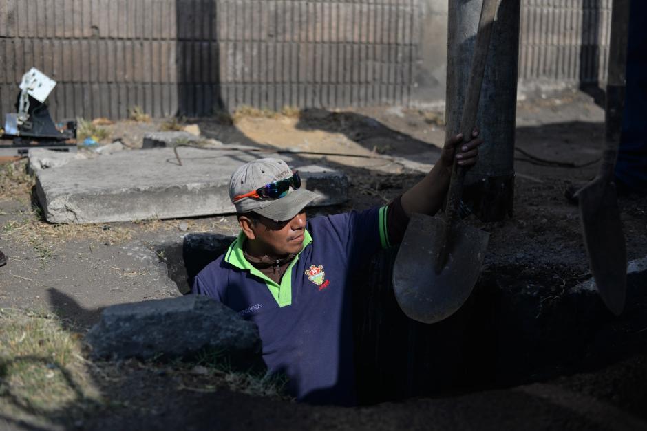Todos los días se recoge basura que es arrojada por la gente a los tragantes. (Foto: Wilder López/Soy502)