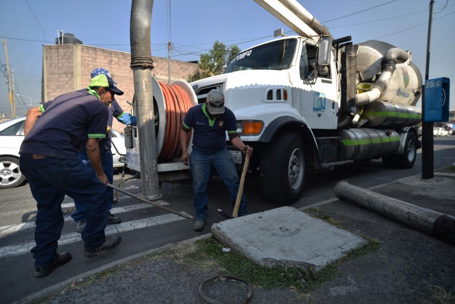 """Los drenajes más saturados son limpiados con una máquina denominada """"Vactor"""". (Foto: Wilder López/Soy502)"""