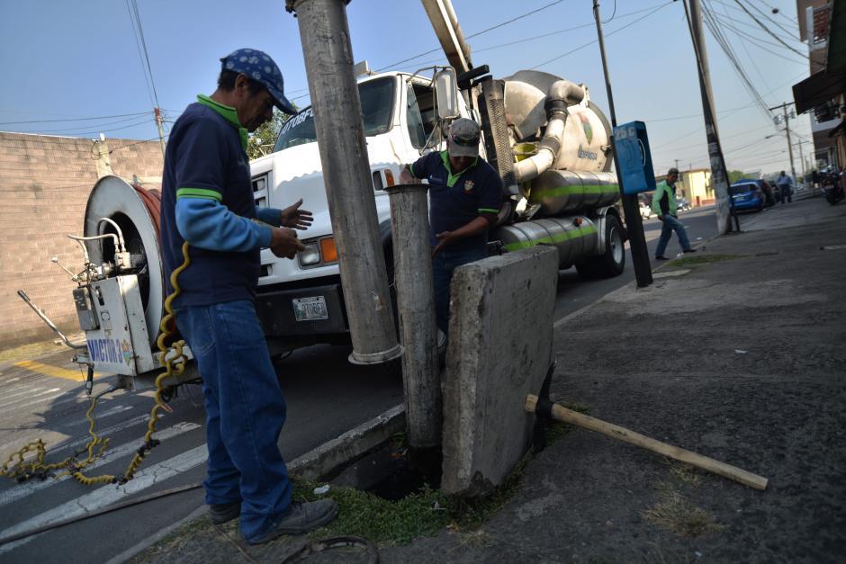 Estas cuadrillas deben limpiar la red de drenajes que es de 45 mil en toda la ciudad. (Foto: Wilder López/Soy502)