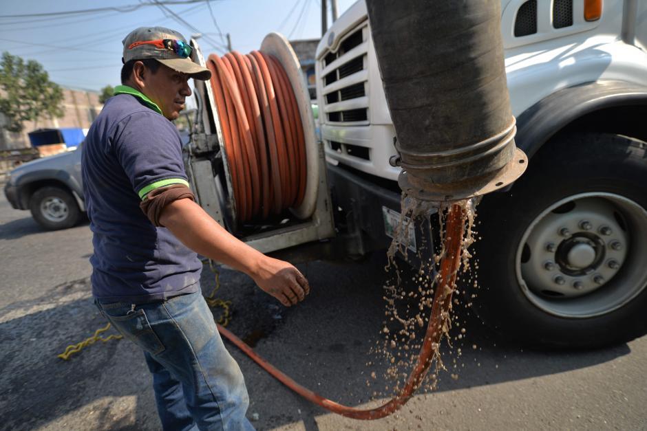 A pesar del trabajo que hace la Muni, los drenajes se vuelven a saturar de basura, por lo menos, en una semana. (Foto: Wilder López/Soy502)