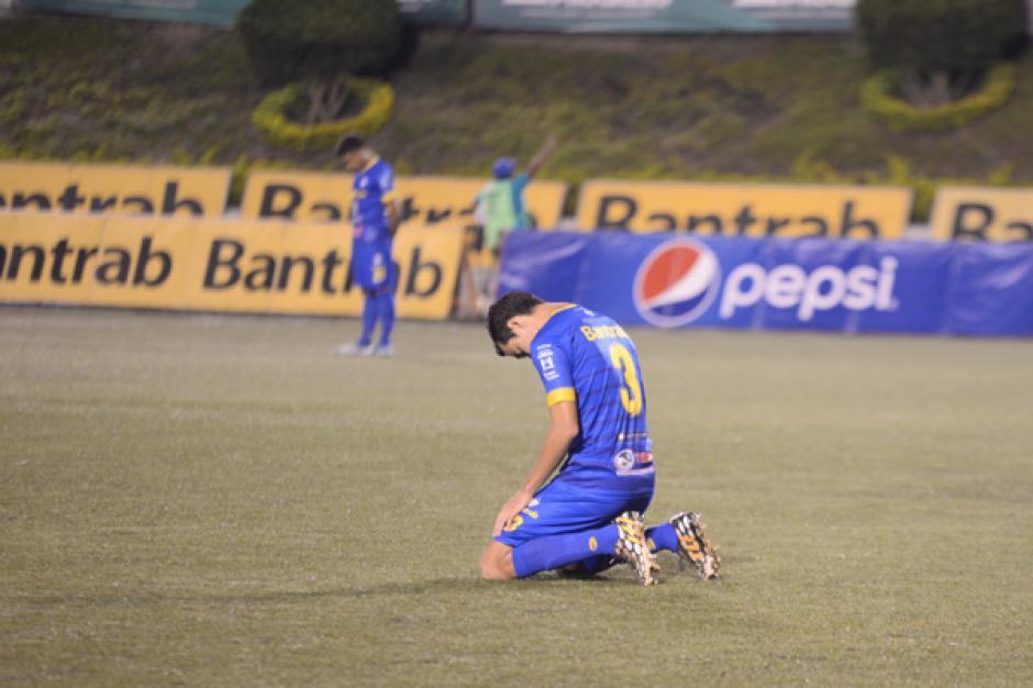 Previo al juego se dio un minuto de silencio por las víctimas del accidente en avión donde viajaba el Chapecoense. (Foto: José Dávila/Soy502)