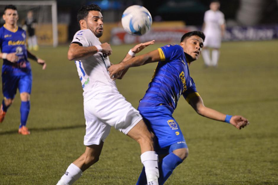 El juego fue bastante disputado en la media cancha. (Foto: José Dávila/Soy502)