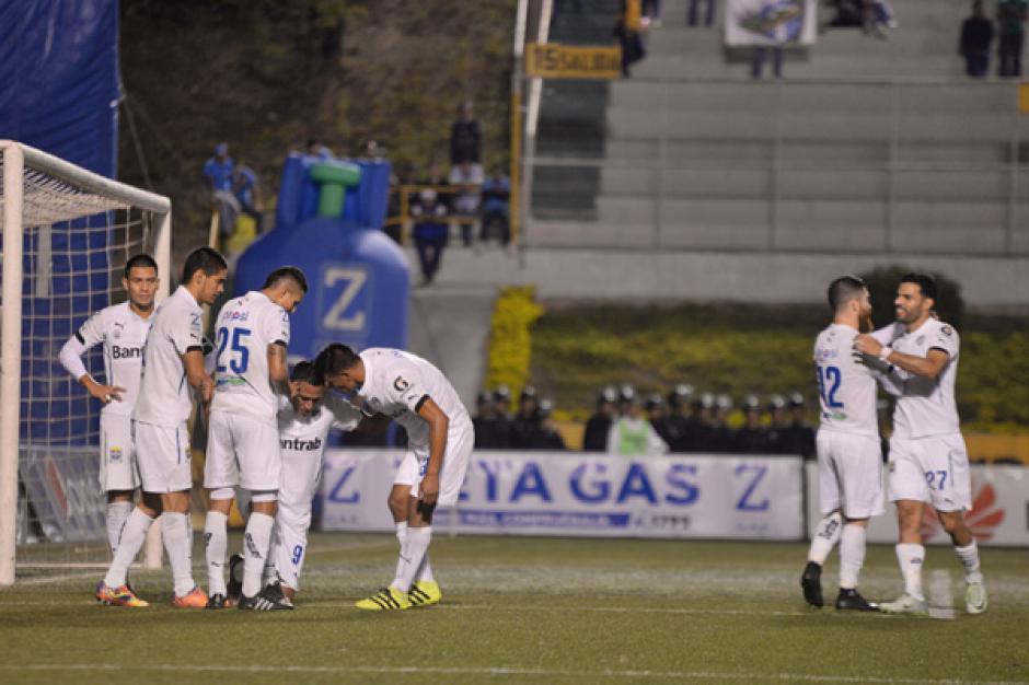 Los jugadores cremas felicitan a Gerson Tinoco luego del gol anotado. (Foto: José Dávila/Soy502)