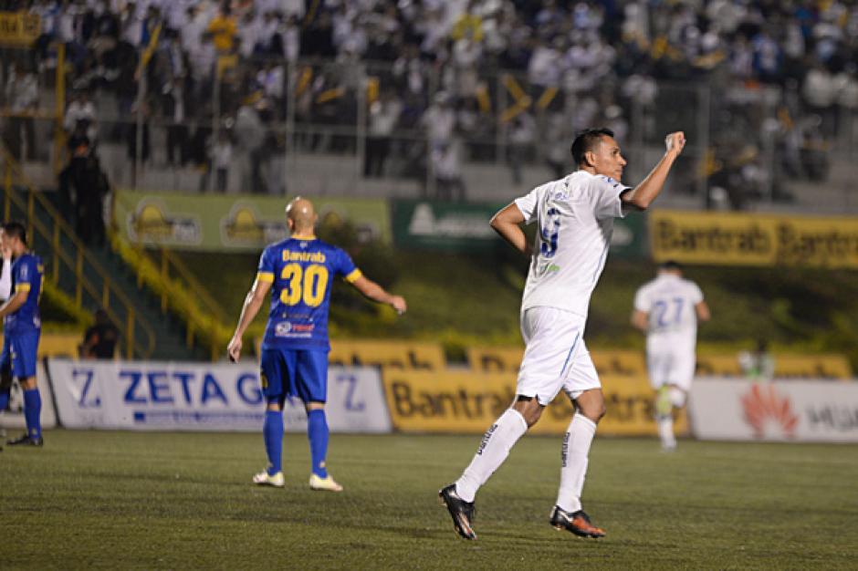 Tinoco, con el 9, celebra hacia las gradas. (Foto: José Dávila/Soy502)