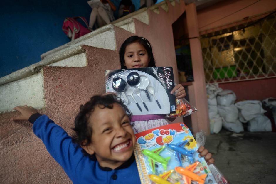 La sonrisa de los niños con sus juguetes es el mejor regalo para la familia Fernández. (Foto: Wilder López/Soy502)