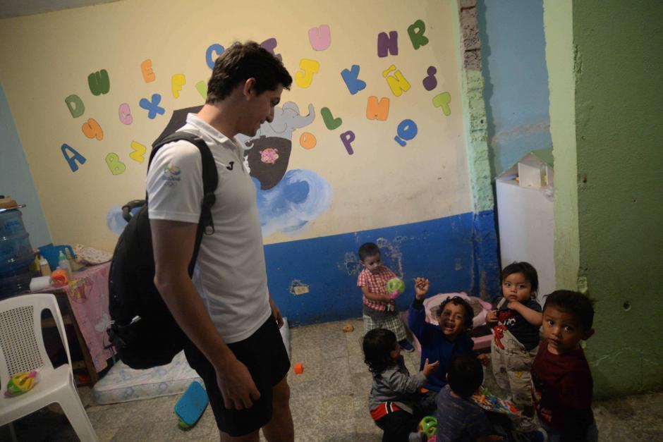 Charles visitó a los pequeños en el ministerio Tabitha en el basurero de la zona 3. (Foto: Wilder López/Soy502)