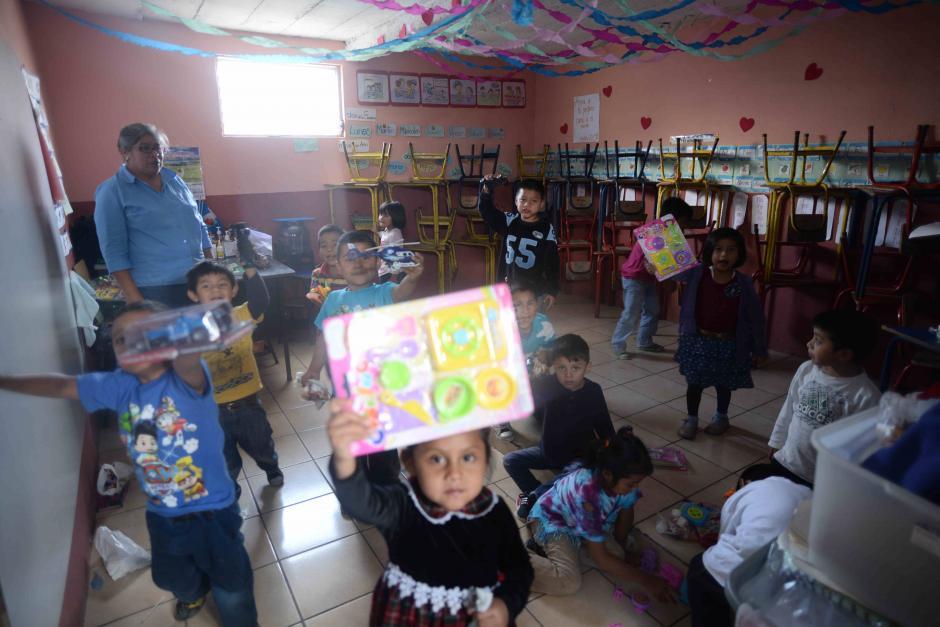 Charles Fernández aporta mensualmente los alimentos para los niños de Tabitha. (Foto: Wilder López/Soy502)
