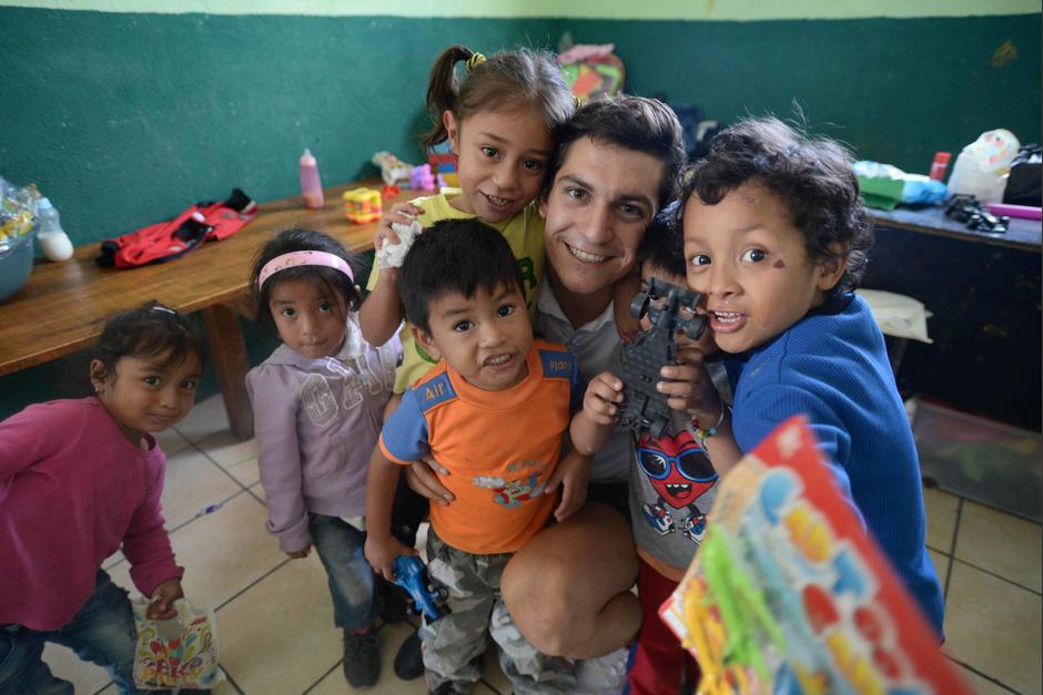 Charles Fernández se lleva el mejor regalo de los niños de Tabitha. (Foto: Wilder López/Soy502)