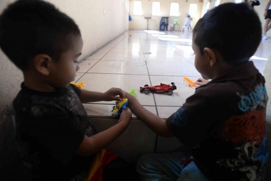 La alegría de los pequeños al recibir alimentos, regalos pero sobre todo amor. (Foto: Wilder López/Soy502)