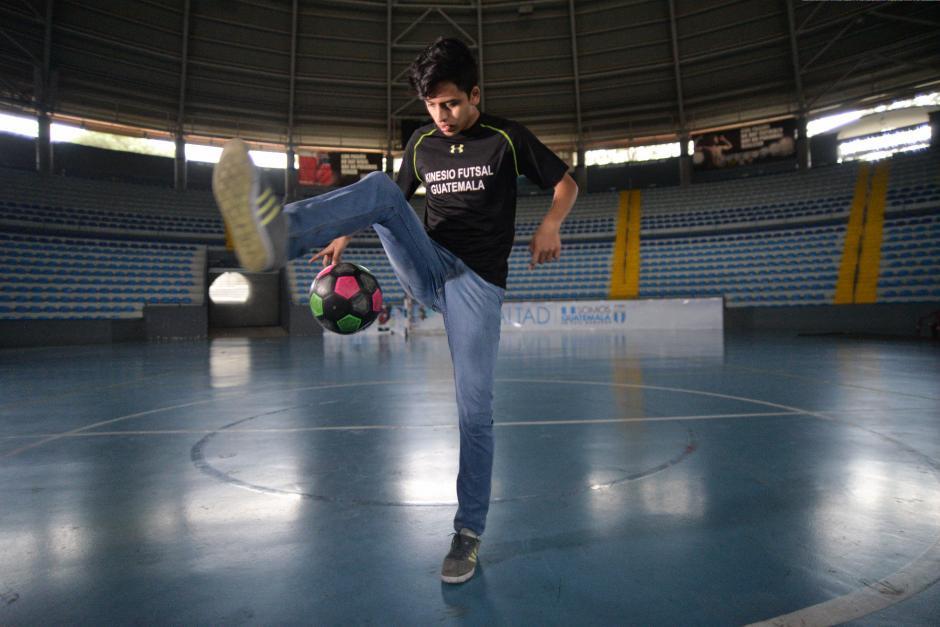 En el Domo, escenario donde ha entrenado y disputado muchos partidos, Alvarado posó para Soy502.  (Foto: Wilder López/Soy502)