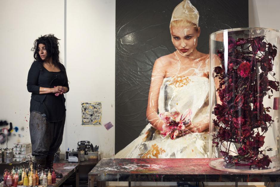 "Lita junto al ""Duende Caprichoso"", una de sus obras. (Foto: womanessentia.com)"