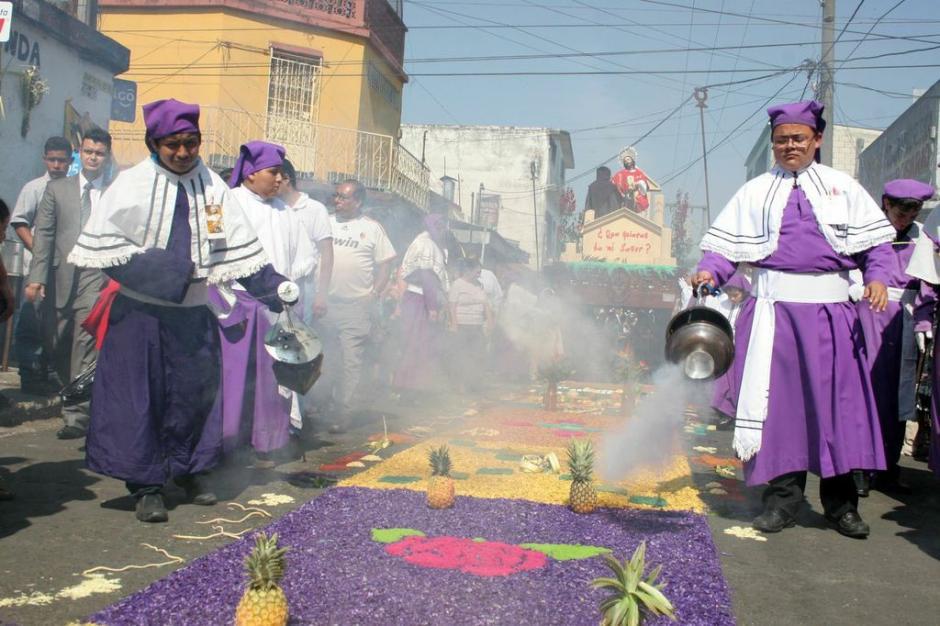 La alfombra de Jesús de las Palmas lleva varios huertos, es decir frutas y verduras. (Foto: Raúl Illescas).