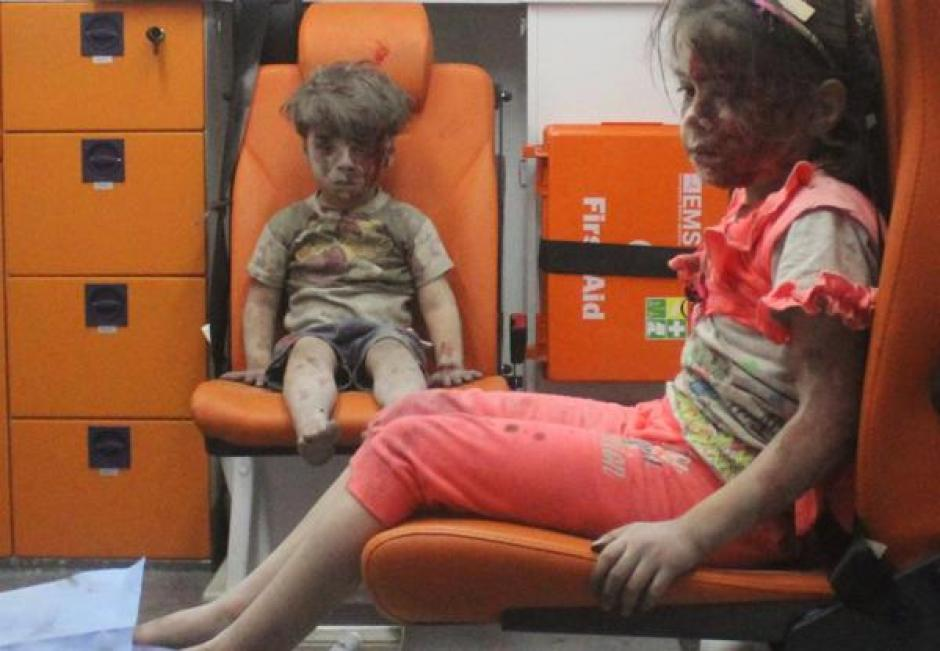 Otra de las fotos que captó Ruslan fue una más amplia donde el pequeño está acompañado de su hermana en una ambulancia. (Foto: Infobae)