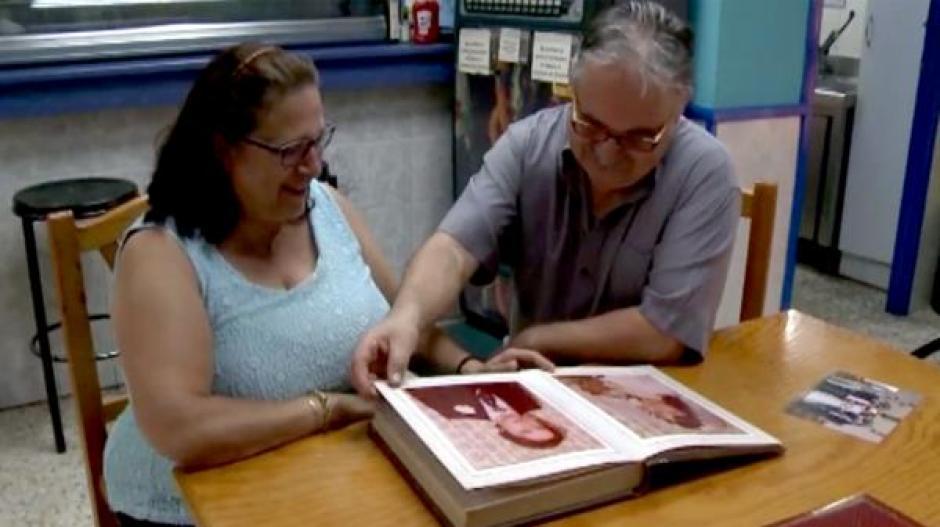 La pareja mira un álbum de fotos recordando su historia romántica. (Foto: Infobae)