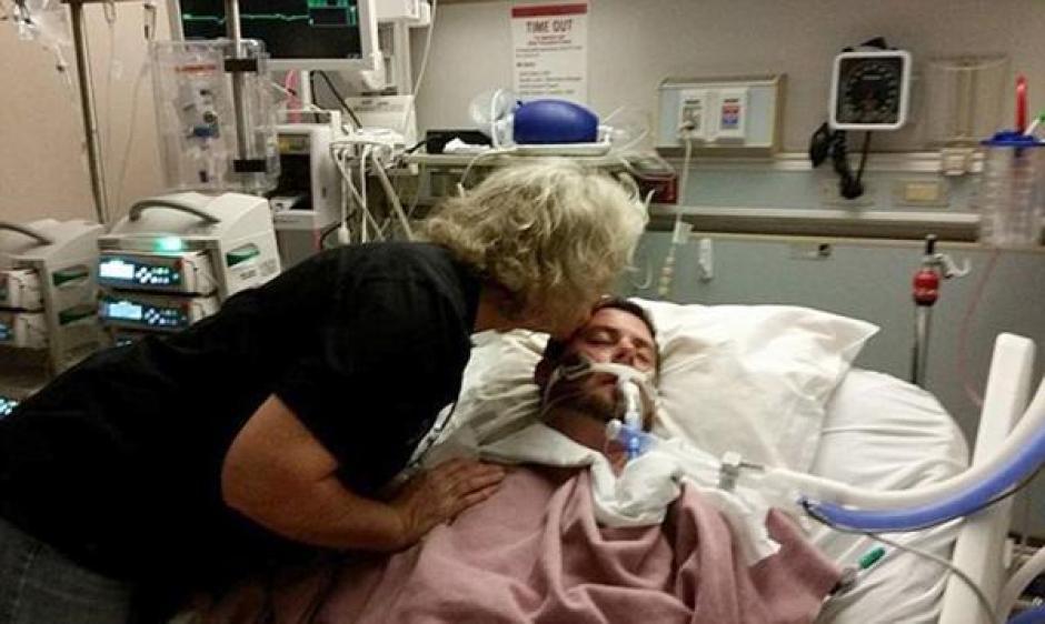 La madre de Ryan despidió a su hijo con un beso en la frente. (Foto: Captura de video)